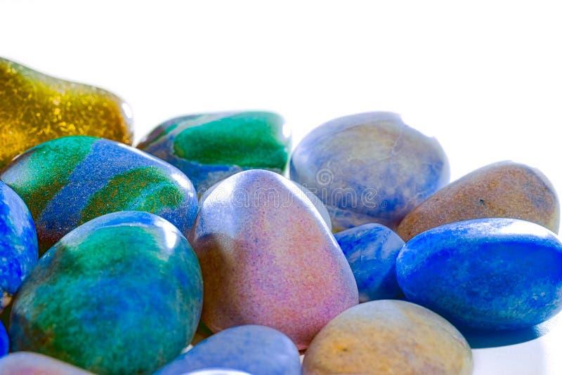 Nature synthétique Gros plan sélectif de mise en valeur des galets de plage de couleur polie photo stock