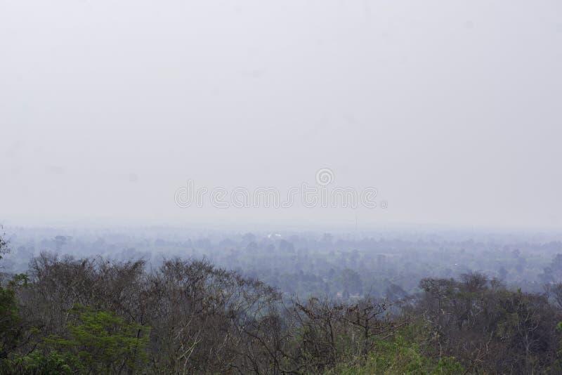 Naturel qui est couvert de brouillard enfum? photographie stock libre de droits