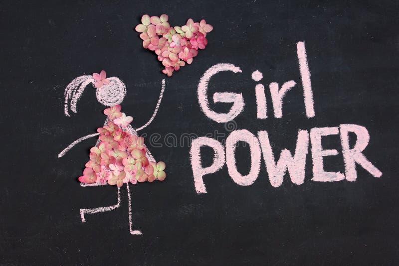 Naturen för symbolen för kvinnan för kritateckningen blommar den iklädda med hjärta från blommor FLICKAMAKTinskrift på den svart  arkivbild