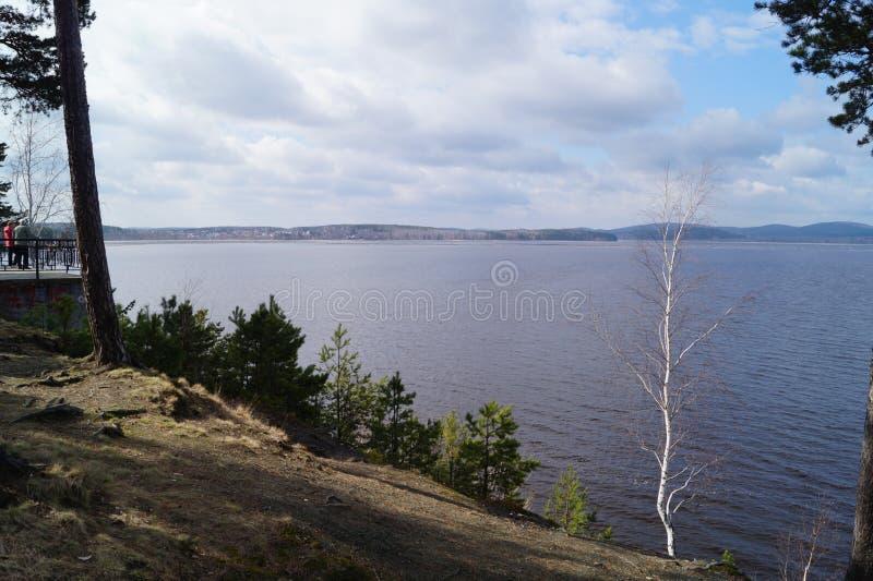 Naturen sjön, skogen, observationsdäck, rider ett fartyg arkivbilder