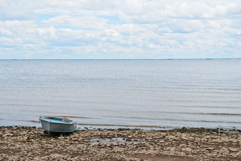 Natureza bonita da mola do verão da região de Saratov Dia nebuloso no Rio Volga, Rússia Barco velho na costa imagem de stock royalty free