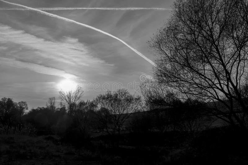 Natureza, céu e por do sol bonitos como preto e branco imagens de stock