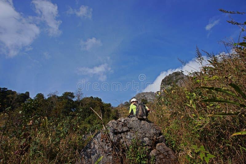 Natureza da estação seca da fuga da floresta tropical do monte, caminhada do turista à parte superior da montanha, Chiang Mai, Ta fotos de stock royalty free