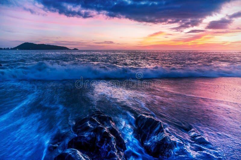 Natureza da paisagem do Seascape com o colorido da exposição longa do por do sol imagens de stock