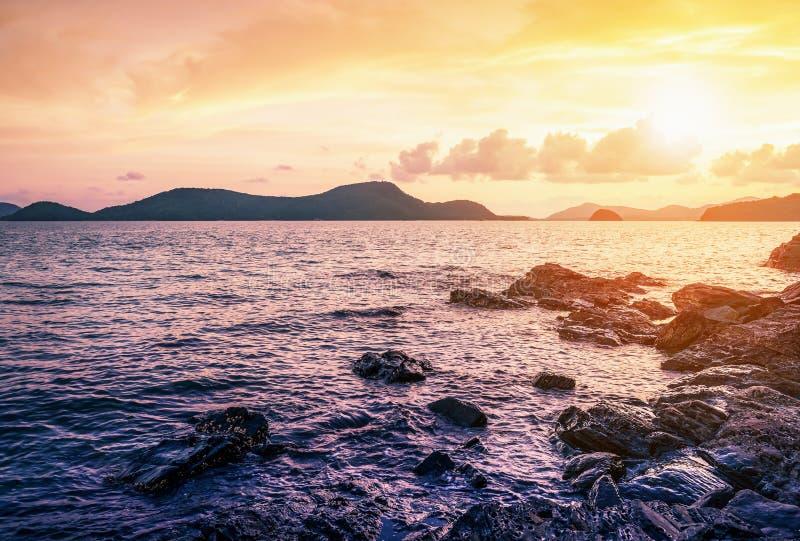 Natureza da paisagem do Seascape no crepúsculo com luz solar e por do sol foto de stock