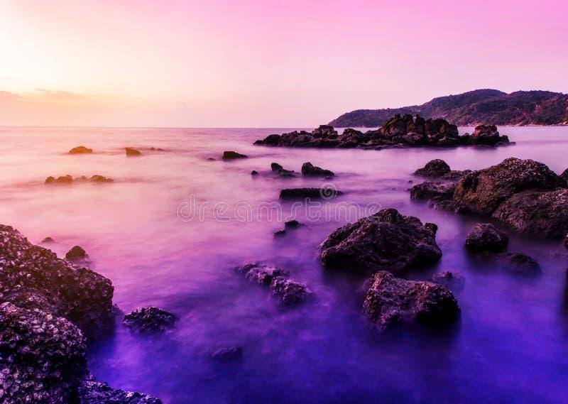 Natureza da paisagem do Seascape no crepúsculo com por do sol foto de stock