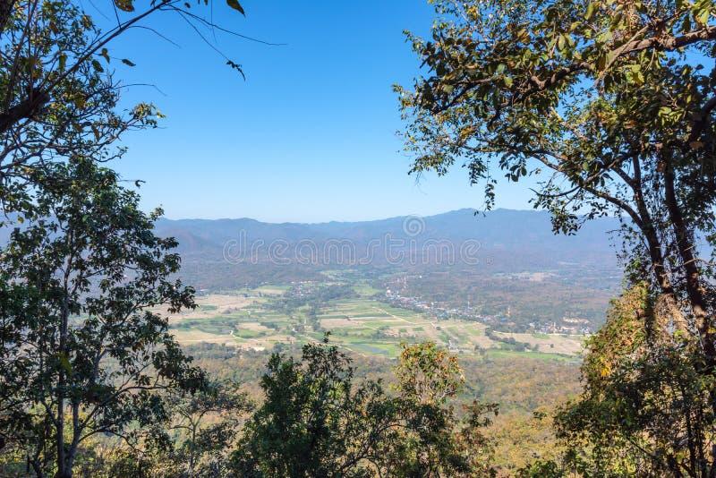 Natureza da paisagem do vale do campo do arroz e da cidade pequena imagens de stock royalty free
