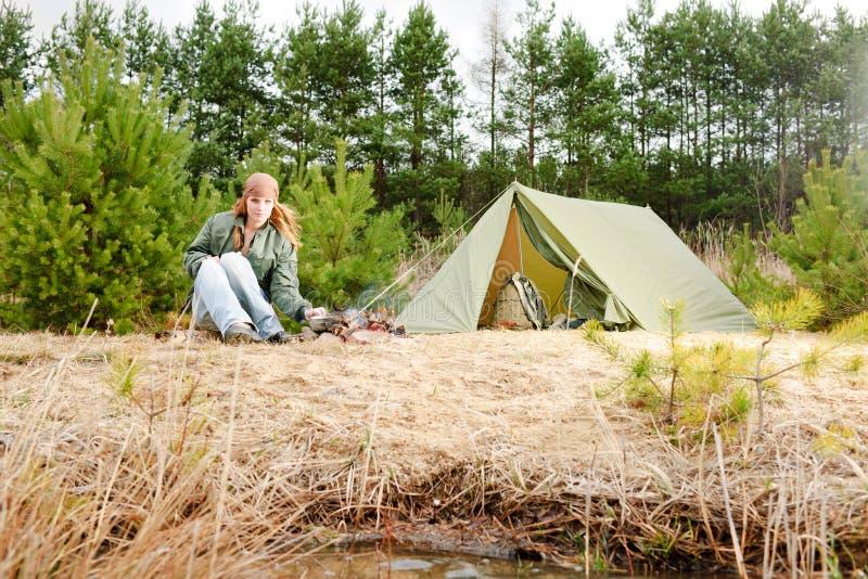 Natureza de acampamento do incêndio do alimento do cozinheiro da barraca da mulher fotografia de stock