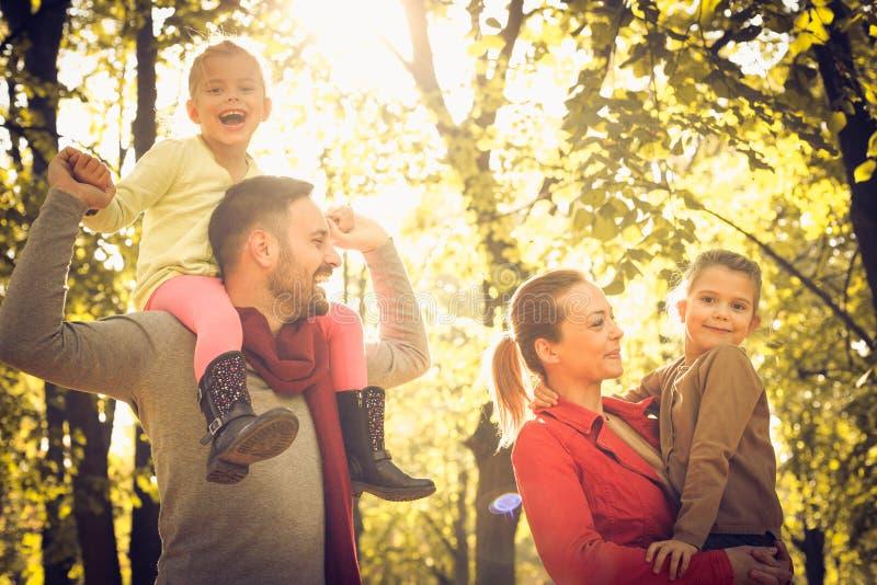 Natureza de passeio de sorriso feliz da calha da família, fotografia de stock royalty free