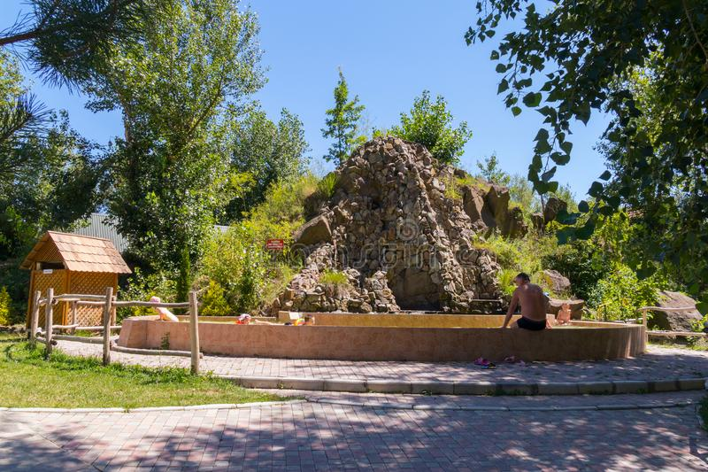 A natureza do monte é apresentada da pedra e os turistas estão descansando em seu fundo fotografia de stock royalty free