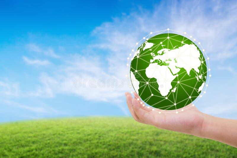 Natureza do mundo, conceito do ambiente do cuidado, mão que guarda o globo foto de stock