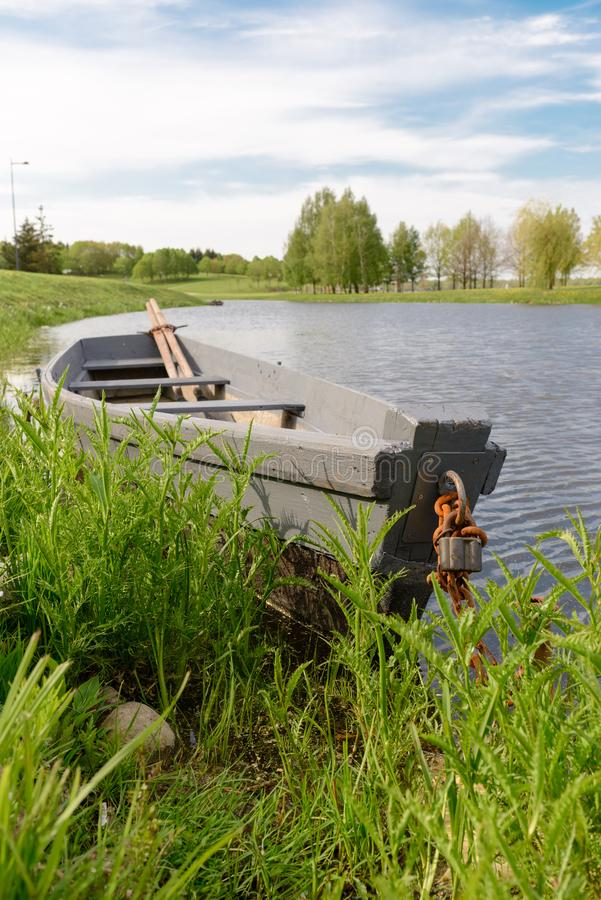 Natureza e barco na ?gua agrad?vel foto de stock