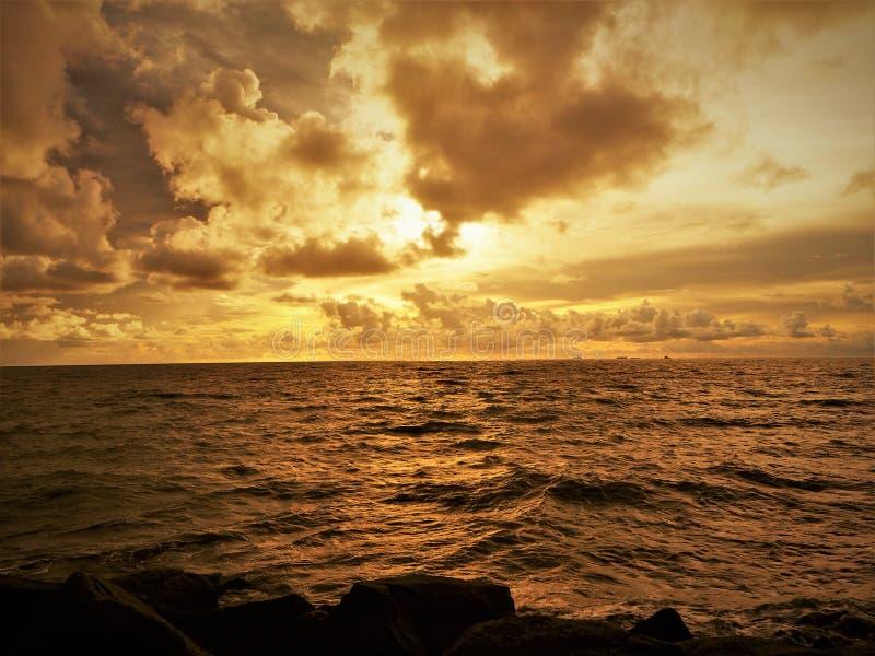 Natureza e por do sol bonito na baía Miri Sarawak Malaysia da cabana dos cocos foto de stock