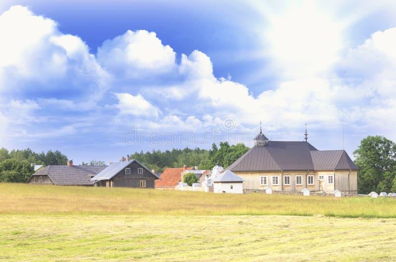 Natureza lituana com um panorama pequeno da vila fotos de stock royalty free