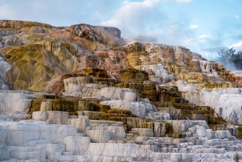 A natureza paisagística em torno de Mammoth nasceu quente no Parque Nacional Yellowstone em Wyoming, Estados Unidos da América foto de stock
