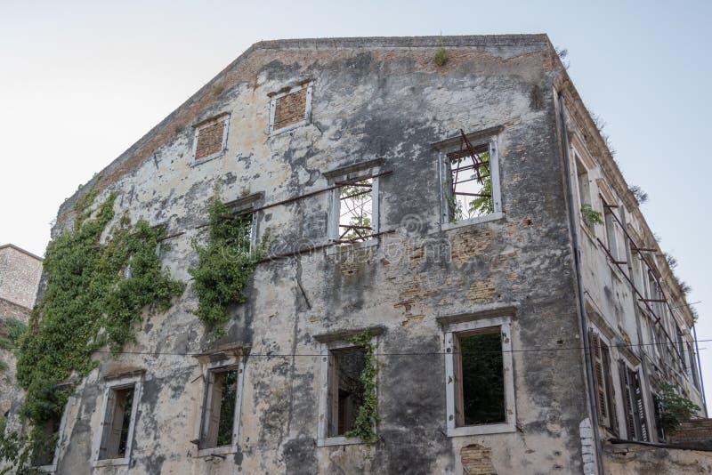 A natureza retoma uma construção arruinada abandonada foto de stock