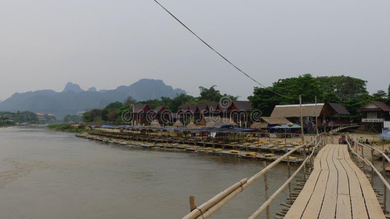 Natureza típica de Laos e ponte de madeira imagens de stock royalty free