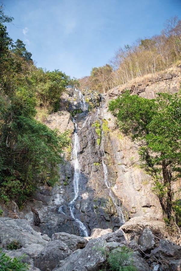 Natureza tropical na cachoeira do sarika na província de Nakhon Nayok, Tailândia imagem de stock