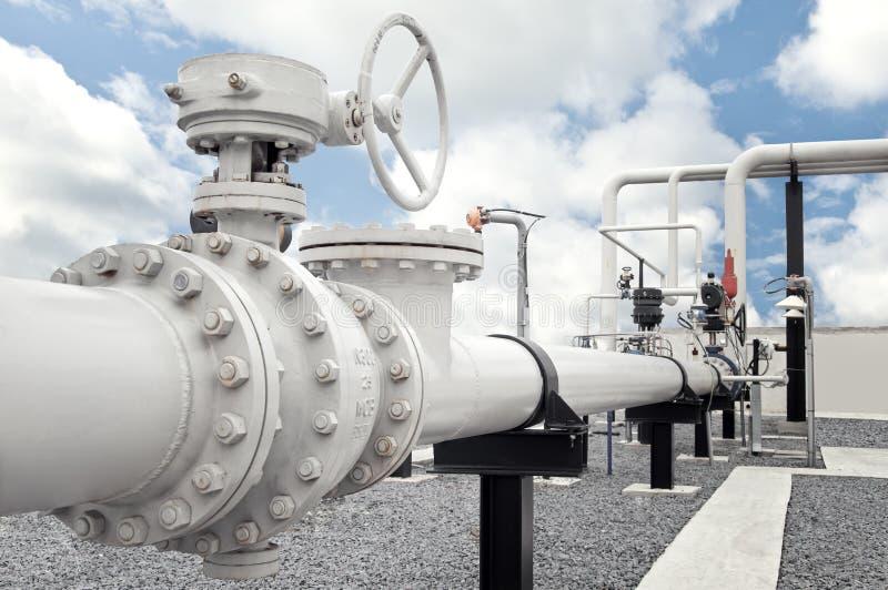 Naturgasbearbetningsanläggning med rörlinjen ventiler arkivbild