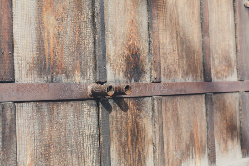Naturholztüren mit rostigen Metallgriffen, Hintergrund lizenzfreie stockfotos