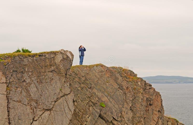 Naturiakttagare på en kust- klippa royaltyfri fotografi