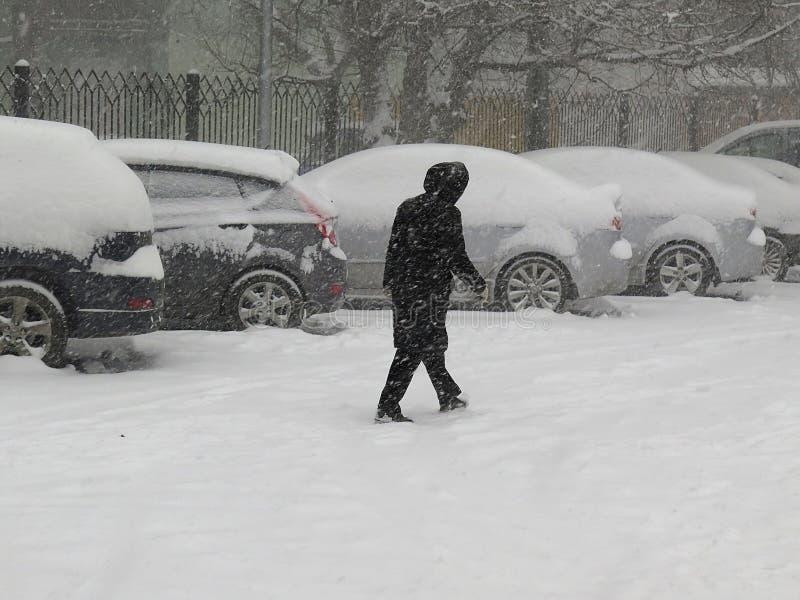 Naturkatastrophen Winter, Blizzard, starke Schneefälle gelähmt die Stadt, Einsturz Schnee bedeckte den Wirbelsturm Europa stockfotografie