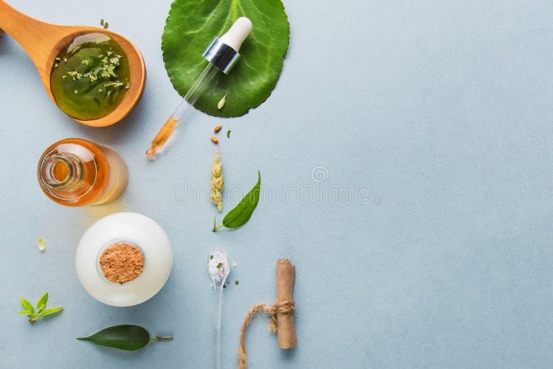 Naturkosmetik, Öle für Hautpflege auf einem hellen Hintergrund Homöopathische Öle, Molke, Milch, Seife Schönheit Bloggerkonzept lizenzfreies stockbild