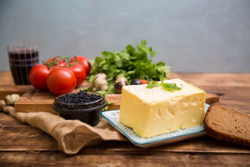 Naturkost und Bestandteile, Frühstück mit Butter, Brot und schwarzer Kaviar lizenzfreies stockbild