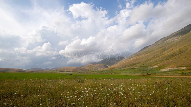 Naturlandschaft der Ebene von Castelluccio di Norcia Apennines, Umbrien, Italien stockbild