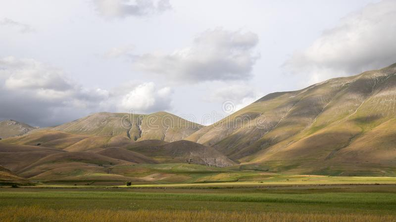 Naturlandschaft der Ebene von Castelluccio di Norcia Apennines, Umbrien, Italien stockfotografie