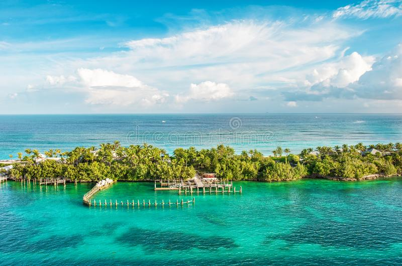 Naturlandschaft karibisches s blauer Himmel des TürkisMeerwassers bewölkte lizenzfreie stockfotos
