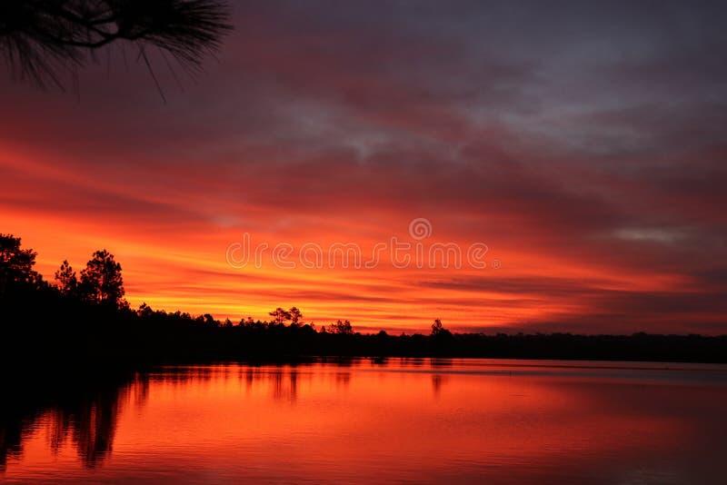Naturlandschaft mit Sonnenaufgangwolken und Wasser Oberflächen-beautiufl stockbilder