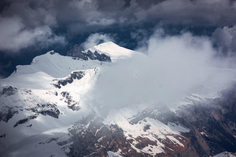 Naturlandschafts-Gebirgszug-Landschaft von alpinem, die Schweiz, schöne Ansicht von idyllischen Schweizer Alpen bringen mit Snowy stockfoto