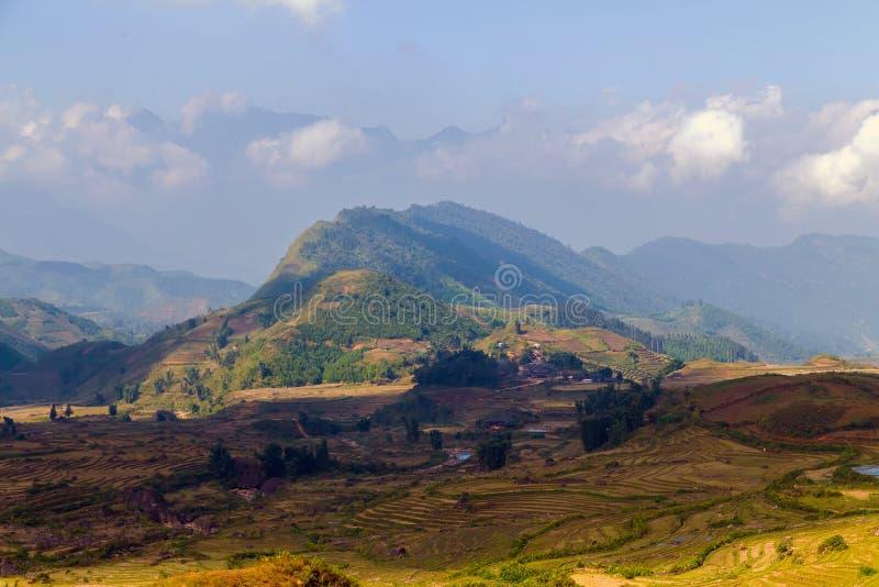 Naturlandschaftsvulkan-Hügel Berg in der Wolke und im Nebel lizenzfreie stockfotos