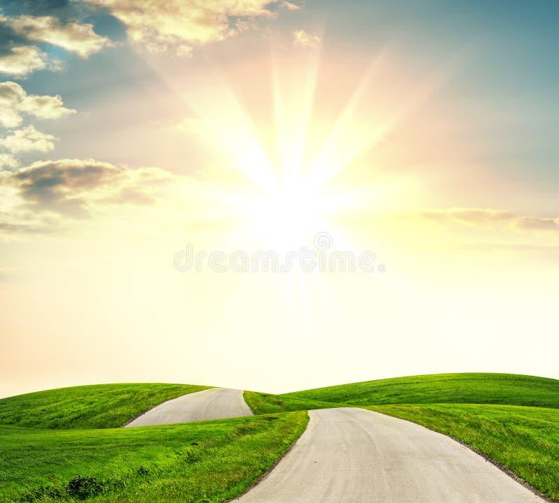Naturlandskap av vägen för asfalt för solnedgångljus den ovannämnda fotografering för bildbyråer