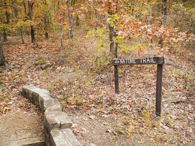 Naturlehrpfad in einem Herbstwald, Zeichen, rustikaler Gehweg stockbild