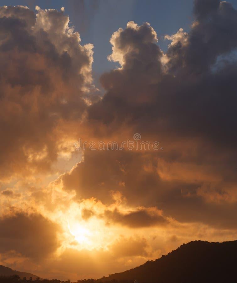 Naturlig avslappnande utomhus- sikt av härliga Cloudscape med färgrik guld- himmelbakgrund Väder meteorologi, natur, royaltyfri fotografi