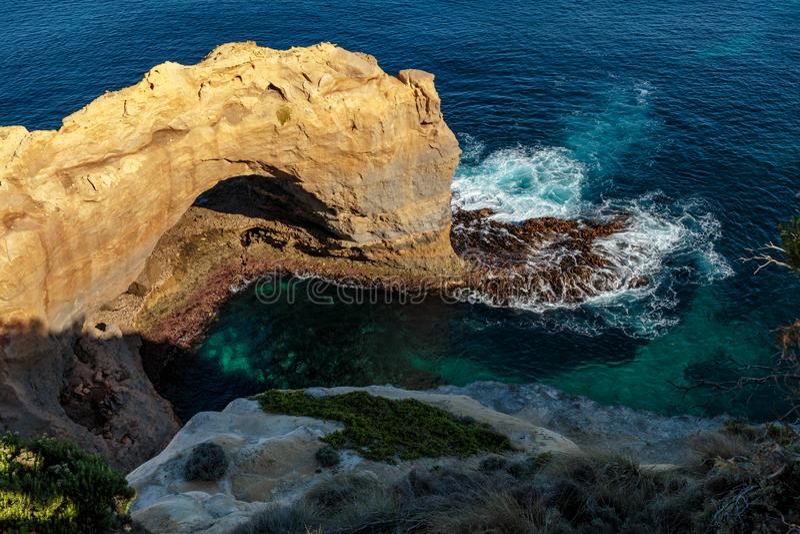 Naturlig båge på tolv apostlar, stor havväg, Victoria, Australien arkivbild