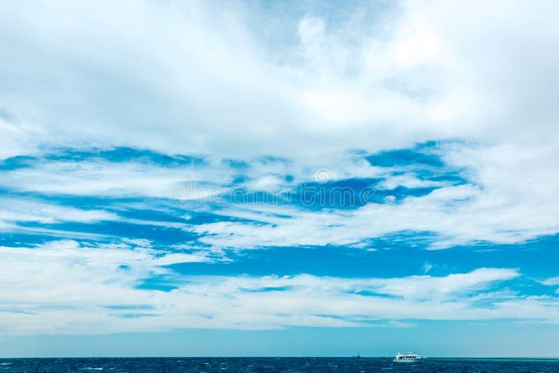 Naturlig bakgrund, härlig blå himmel med vita moln royaltyfria bilder