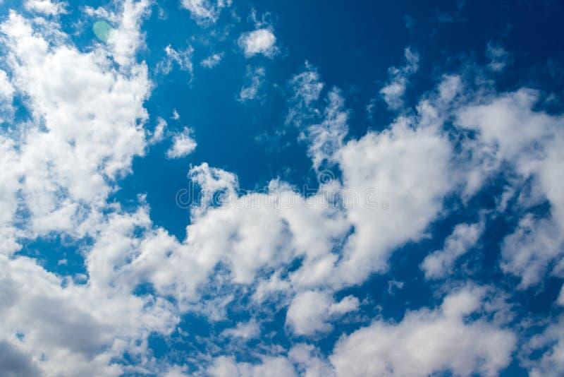 Naturlig bakgrund, h?rlig bl? himmel med vita moln arkivbilder
