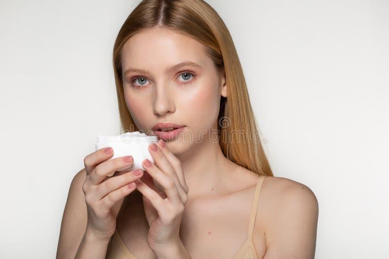 naturlig cosmetic Ta bra omsorg av hennes hud Attraktiv ung kvinna som ser kameran och ler stundanseende arkivbilder