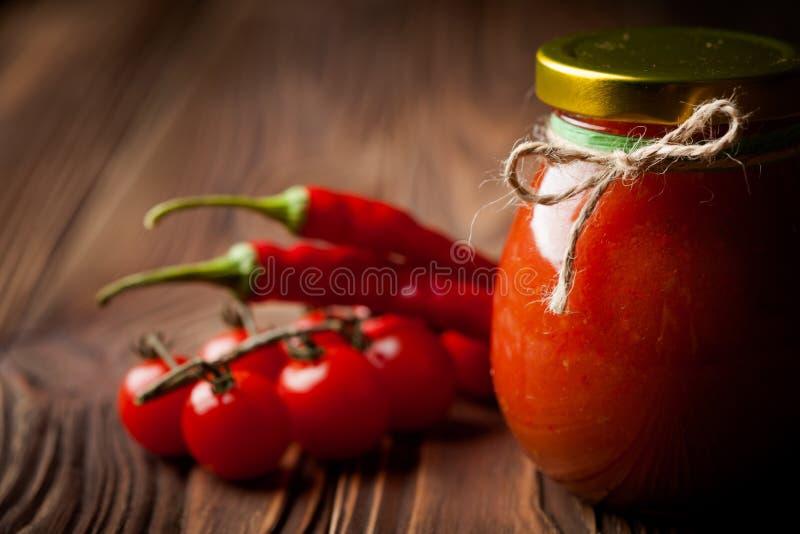 Naturlig diy tomatchutney med chili royaltyfri foto