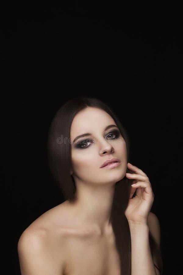 Naturlig framsidamodell för skönhet med makeup och hårstil arkivfoto
