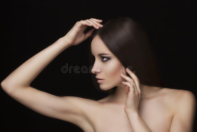 Naturlig framsidamodell för skönhet med makeup och hårstil royaltyfri bild