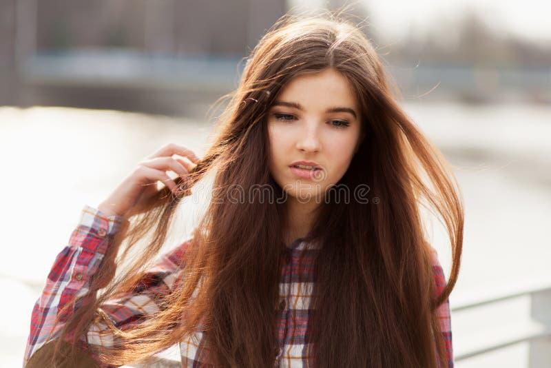 Naturlig framsidastående av en härlig ung kvinna royaltyfri bild