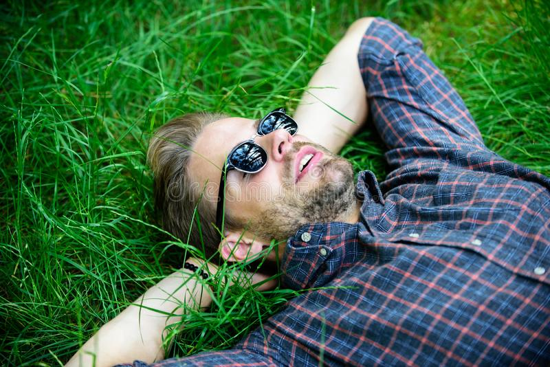 naturlig friskhet Skäggig hipster för man som förenas med naturen Naturen fyller honom med friskhet och inspiration Lycklig grabb fotografering för bildbyråer