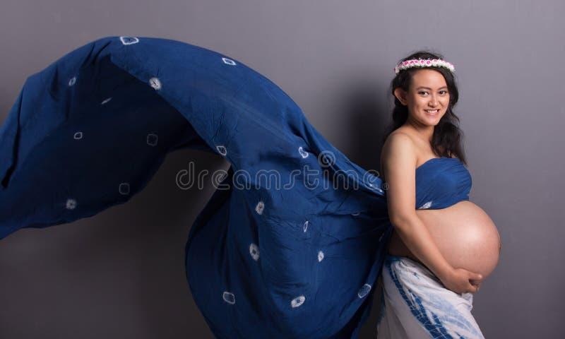 Naturlig gravid dam som svävar illusion royaltyfria foton