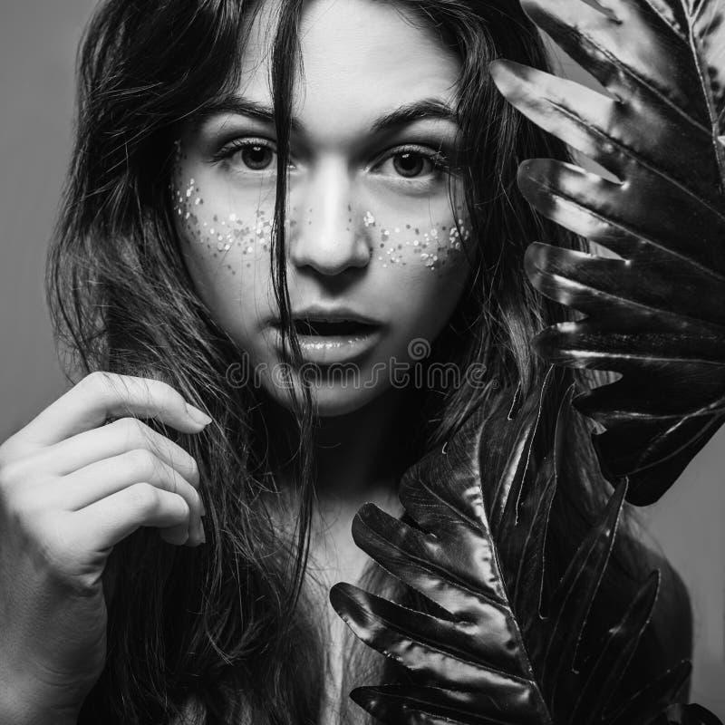 Naturlig hälsovård för hår för kvinnaskönhetbrunnsort arkivbilder