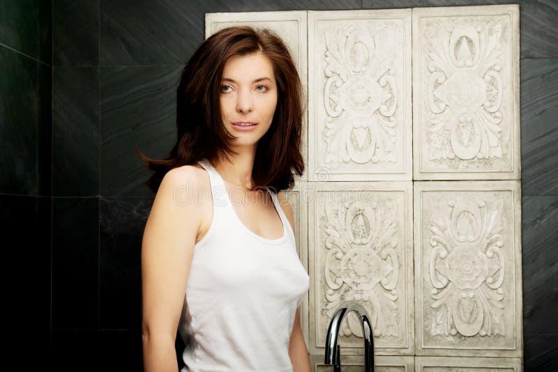 Naturlig härlig kvinna i badrum royaltyfria foton