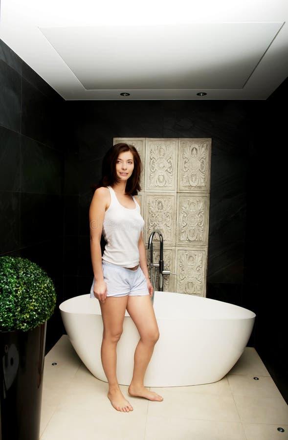 Naturlig härlig kvinna i badrum fotografering för bildbyråer